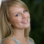 Vrouw maakt glimlachend oogcontact (communiceren)