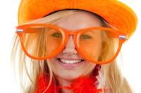 Vrouw versierd in oranje - Single vrouwen ontmoeten?