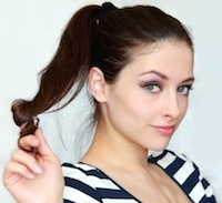 Flirtende, geinteresseerde vrouw speelt met haar haar