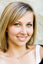 Vrouw maakt contact met een glimlach