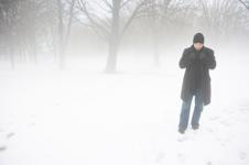 Man alleen in de kou; het alleen zijn