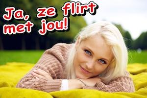 Flirtende vrouw in het park. Waarschijnlijk vrijgezel!