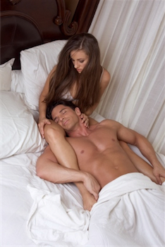 Man ligt ontspannen tussen de benen van een vrouw