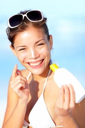 Vrolijke vrouw op het strand. (Vakantietips voor singles)