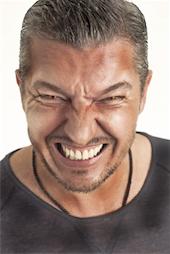Man met agressief gezicht