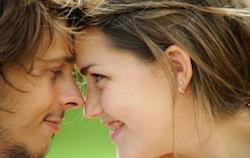 Man en vrouw kijken elkaar glimlachend aan. Vriendin versieren...?