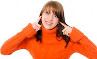 Vrouw heeft vingers in de oren; doof voor hopeloze openingszinnen
