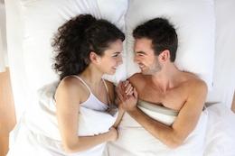 Stel met seksueel zelfvertrouwen in bed