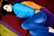 Menstruerende vrouw op de bank; ongesteld
